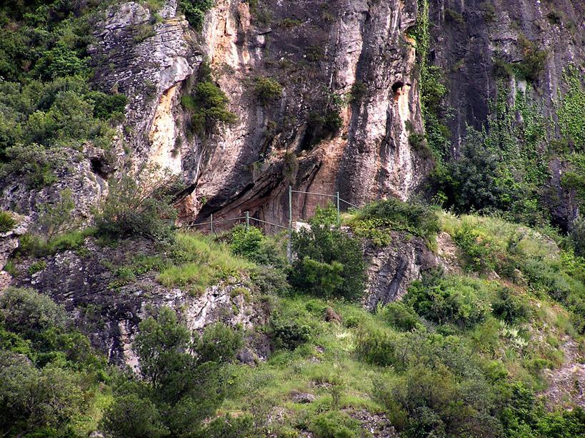 Diferentes vistas de la boca de la Cova del Bolomor.