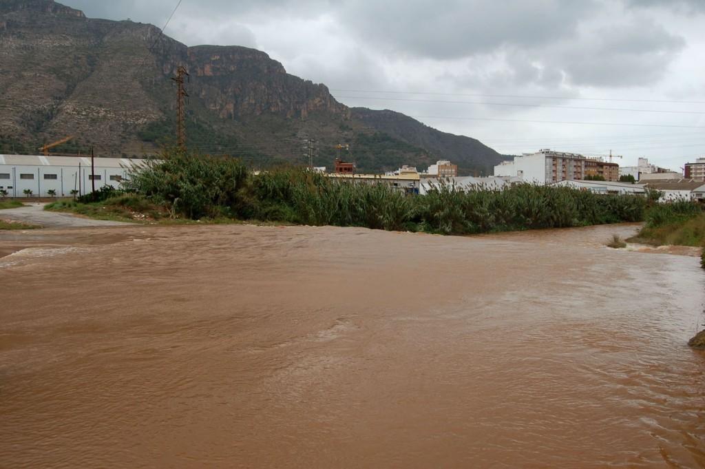 El rio Vaca desbordado a su paso por Tavernes.