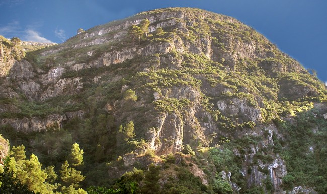Entrada al Barranc del Bolomor en la partida l'Ombria Boca de la cueva en el farallón rocoso. Vista meridional